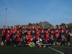 Die Bremer Damen posieren nach dem Spiel mit den Gästen